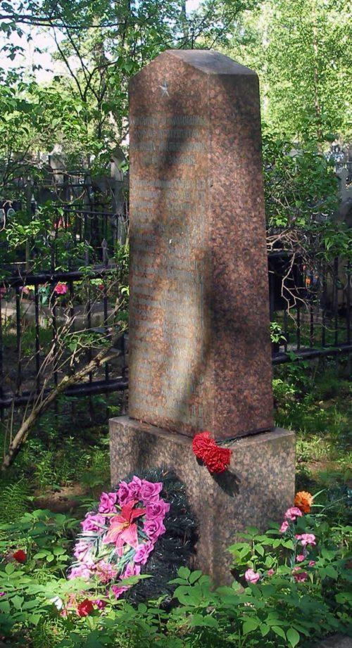 г. Колпино. Памятник на городском кладбище, установленный на братской могиле курсантов и командиров курсов лейтенантов, погибших в годы войны.