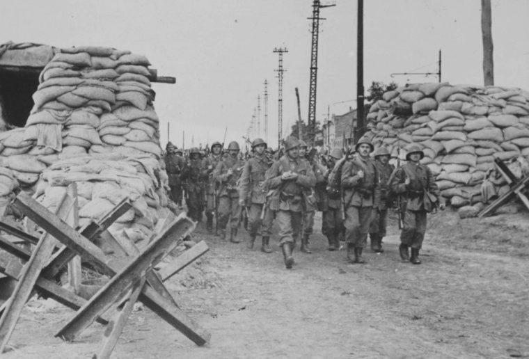 Румынская пехота в захваченном городе. Октябрь 1941 г.