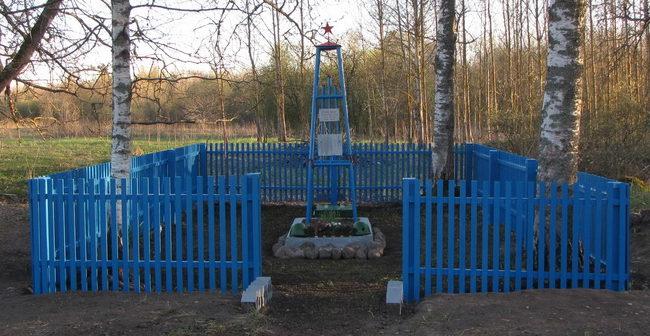 п. Кондакопшино. Памятник, установленный на братской могиле, в которой похоронены советские воины.