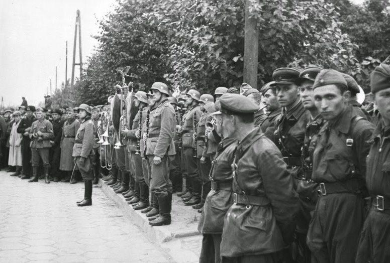 Публика на параде. Брест. 22 сентября 1939 г.