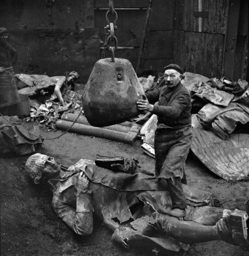 Переплавка памятников на металл. 1941 г.