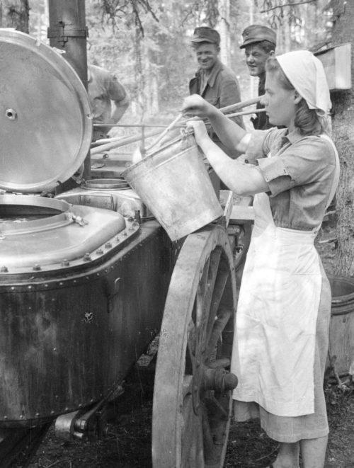 Женщины «Lotta Svärd» готовят еду для финских добровольцев в лагере. 1941 г.