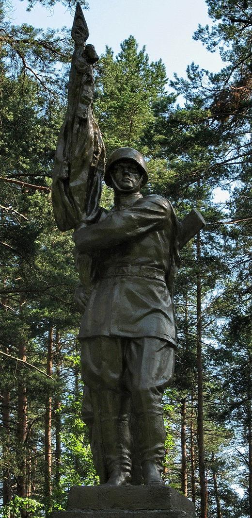 Скульптура на памятнике.