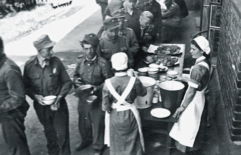 Раздача пищи солдатам. 1941 г.