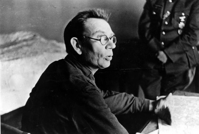 Пленный генерал-лейтенант А.А. Власов на допросе после сдачи в немецкий плен. Август 1942 г.