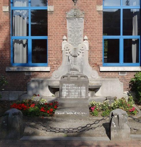 Коммуна Les avins. Памятник у школы погибшим в обеих войнах.