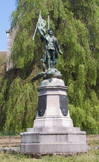 Муниципалитет Braives. Памятник у церкви погибшим воинам обеих войн.