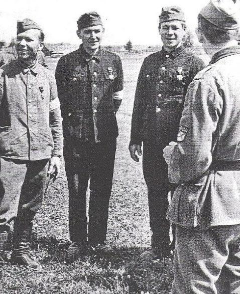 Хиви из РОА с наградами Вермахта. 1943 г.