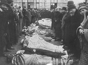 Тела погибших одесских евреев. 23-25 октября 1941 года было расстреляно и заживо сожжено по разным данным от 19 до 20 тысяч одесситов, в основном евреев, в качестве мести за взрыв советской радиоуправляемой миной румынской комендатуры.