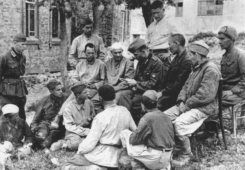 Пропагандист РОА читает воззвание генерала Власова. Май 1943 г.