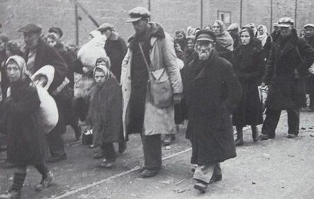 Одесские евреи на пути к артиллерийским складам на Люстдорфской дороге – месту казни. Октябрь 1941 г.