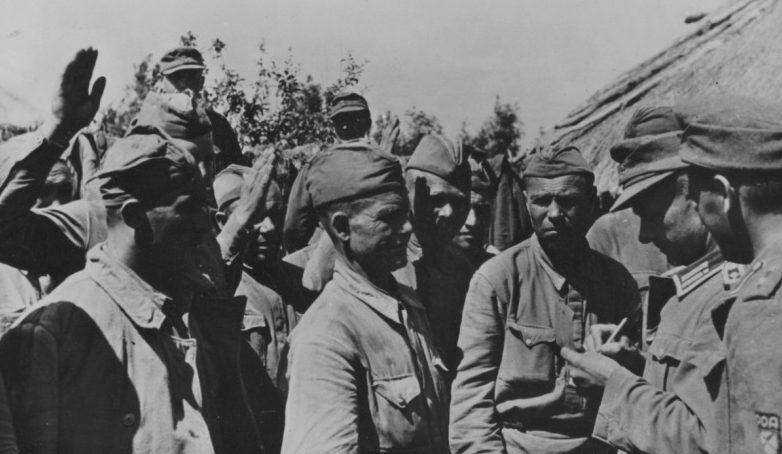 Военнопленные записываются в РОА. 1943 г.