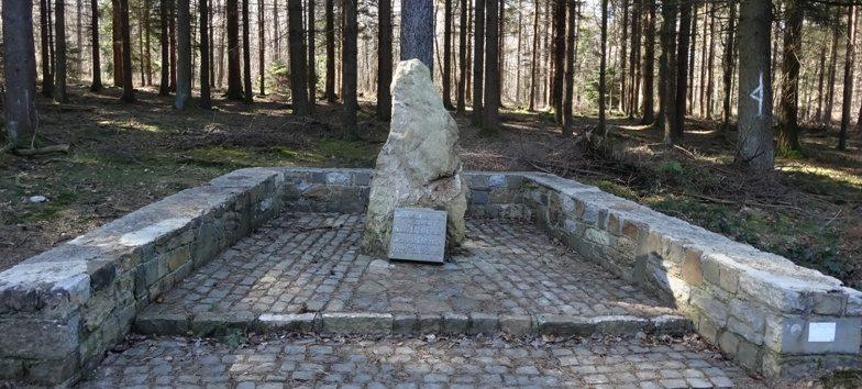Коммуна Urnontige. Памятник трем бойцам Cопротивления.