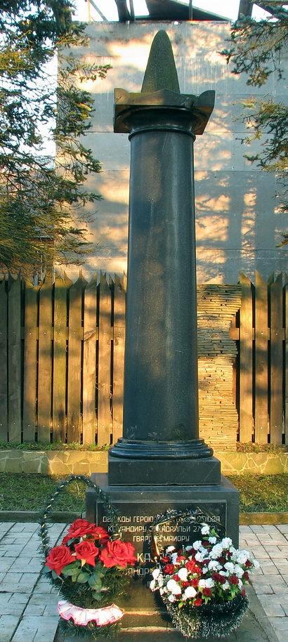 п. Левашово. Памятник по улице Чкалова, 31 был установлен на могиле дважды Героя Советского Союза Карпова А.Т. - командира эскадрильи 27-го гвардейского истребительного авиационного полка ПВО.
