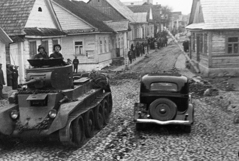 Танк БТ-7 на улице местечка Ракова. Сентябрь 1939 г.