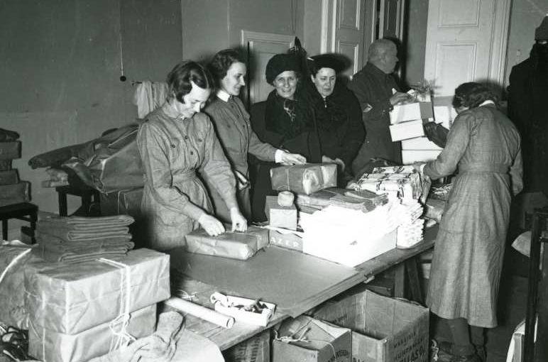 Члены организации пакуют посылки с подарками для фронта. 1941 г.