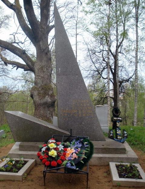 г. Ломоносов. Памятник на братской могиле, в которой похоронен 201 советский воин, умерший в 37-м военно-морском госпитале.