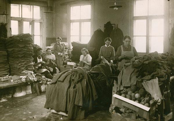 Члены организации в прачечной военного обмундирования. 1941 г.