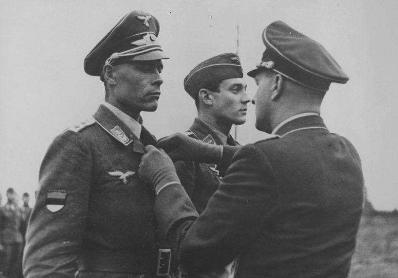 Награждение эстонского пилота Железным крестом 2-го класса. 1943 г.