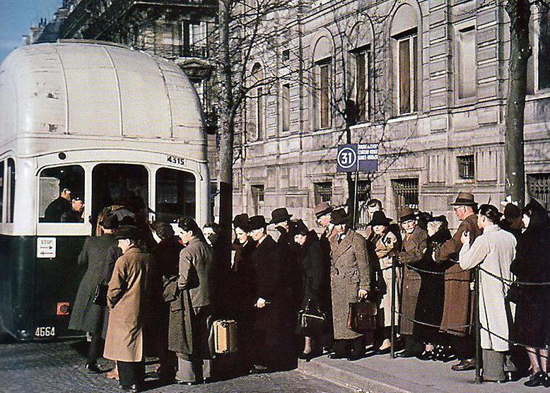 Остановка городского автобуса. 1942 г.