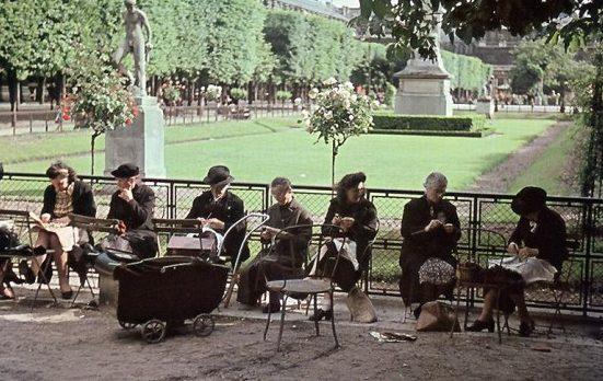 Парижанки в саду Пале-Рояль. 1942 г.