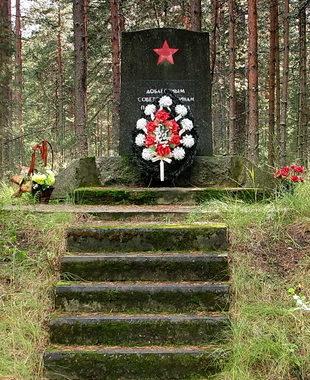 п. Серово. Памятник на Сосновой Поляне, установлен на братской могиле, в которой похоронено 96 советских воинов, павших в годы Советско-финской (1939-1940) и Великой Отечественной (1941-1945) войн.