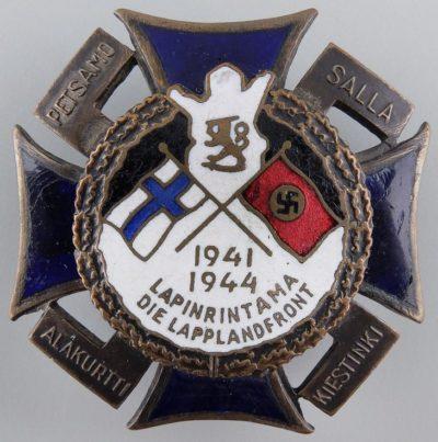 Крест Лапландского фронта с белой эмалью и датой «1941-1944» в нижней части.