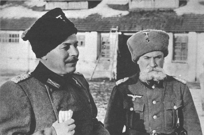 Командир 5-го донского полка вермахта, бывший майор Красной Армии Кононов (слева) с адъютантом. 1943 г.