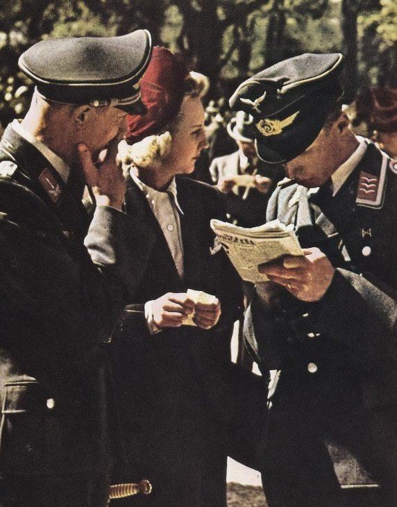 Немецкие офицеры и француженки на ипподроме. 1942 г.