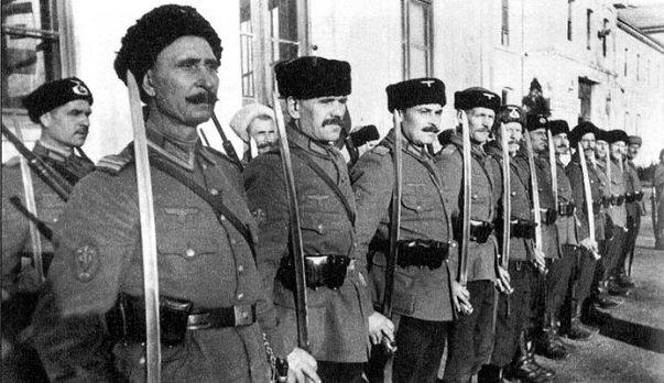Казаки из состава немецких войск на построении. 1943 г.