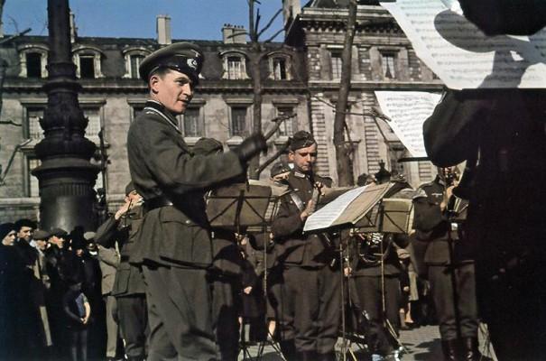 Немецкий оркестр на площади Республики. 1942 г.