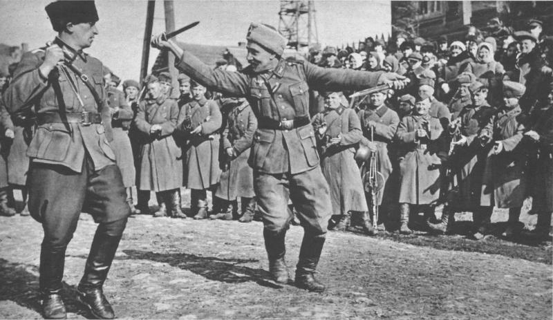 Казаки из 5-го донского полка вермахта танцуют для немецкого корреспондента. 1943 г.