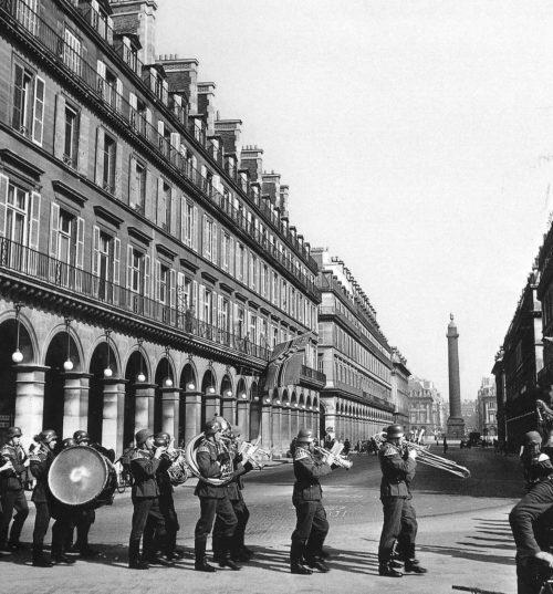 Немецкий оркестр на улицах города. 1942 г.