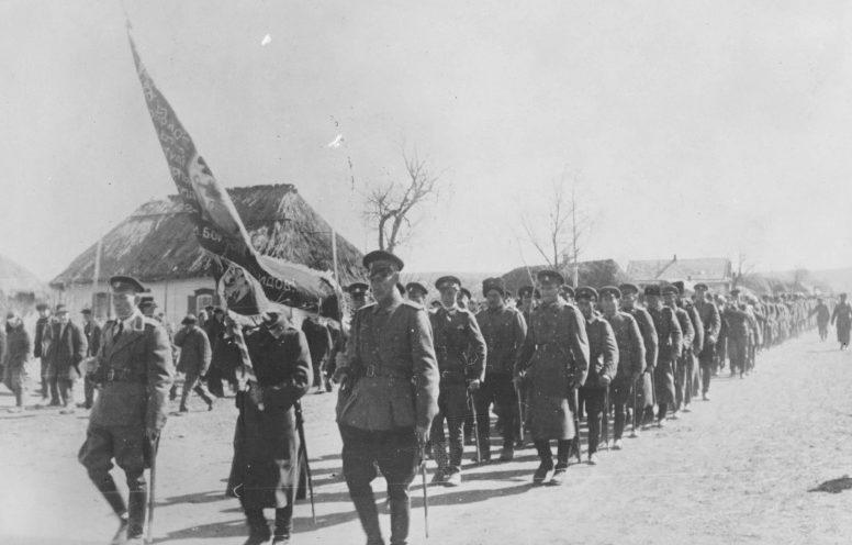 Парад 1-го Синегорского казачьего Атаманского полка вермахта со знаменем в одном из сел Украины. 1943 г.