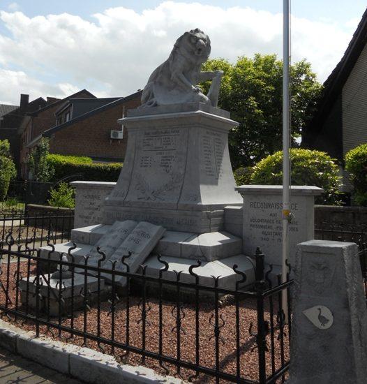 Коммуна Lixhe. Памятник у школы погибшим воинам и жертвам обеих войн.