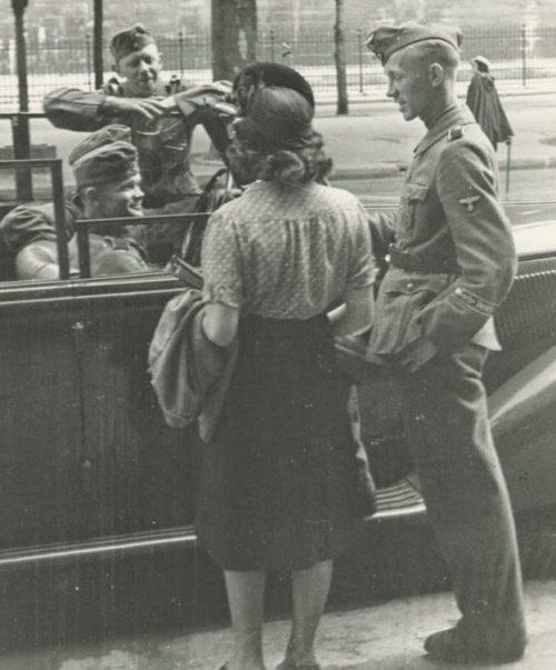 Парижанки с немецкими солдатами. 1942 г.