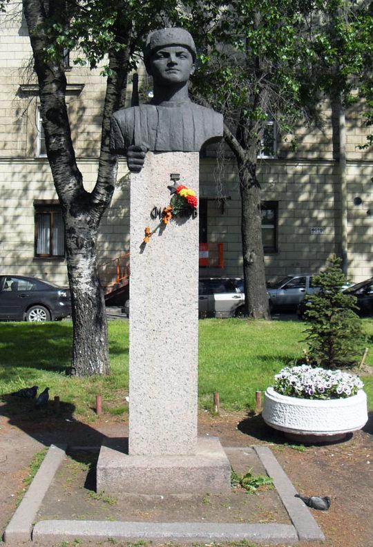 Бюст Герою Советского Союза, снайперу Ф.А. Смолячкову.