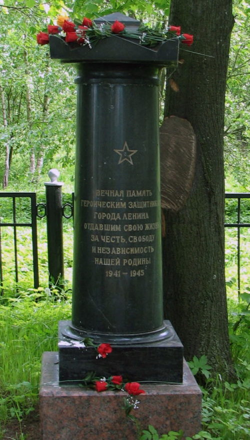 Памятные знаки на кладбище.