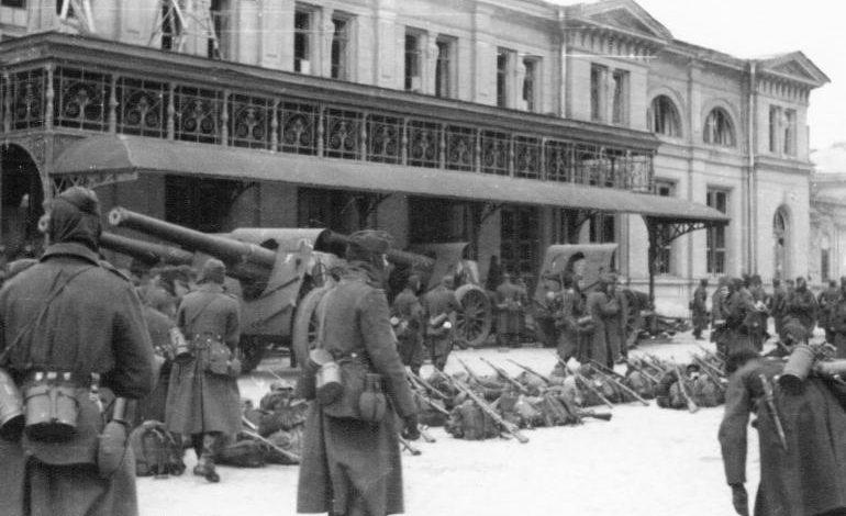 Вокзал и привокзальная площадь. Январь 1944 г.