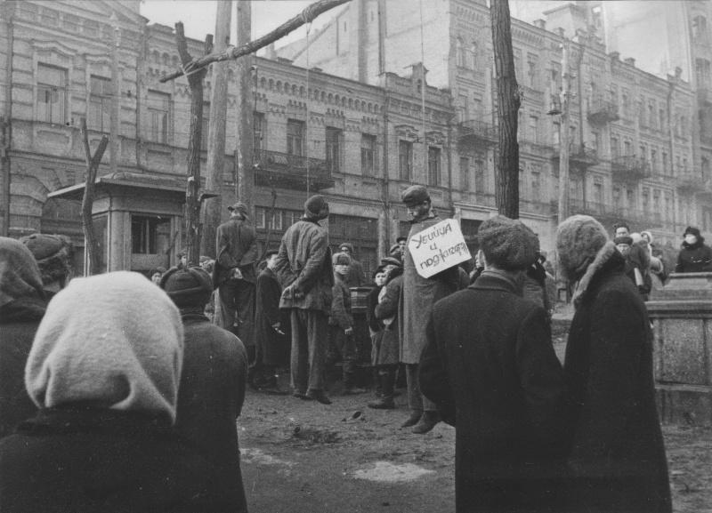 Хиви и немецкие солдаты, повешенные на Бессарабской площади в Киеве. Декабрь 1943 г.
