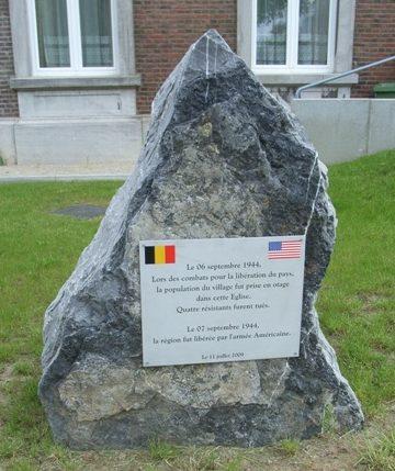 Муниципалитет Momalle. Стела в память о четырех погибших участниках Сопротивления.