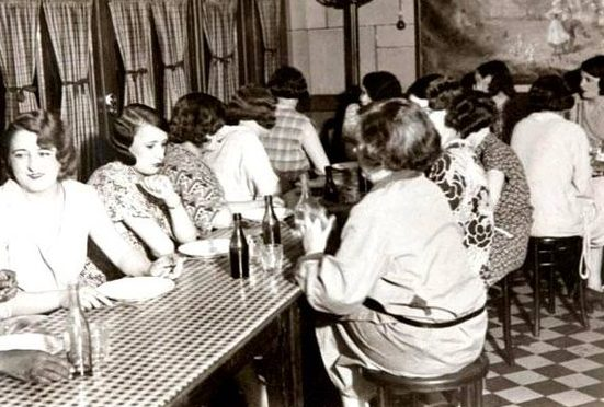 Столовая для девушек в борделе «Один-два-два». 1942 г.