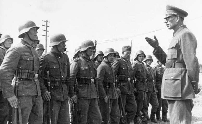 Генерал РОА Власов А.А. инспектирует части РОА. 1943 г.