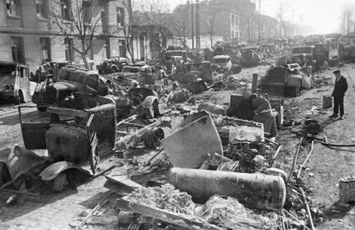 Улица после ухода немцев. Апрель 1944 г.