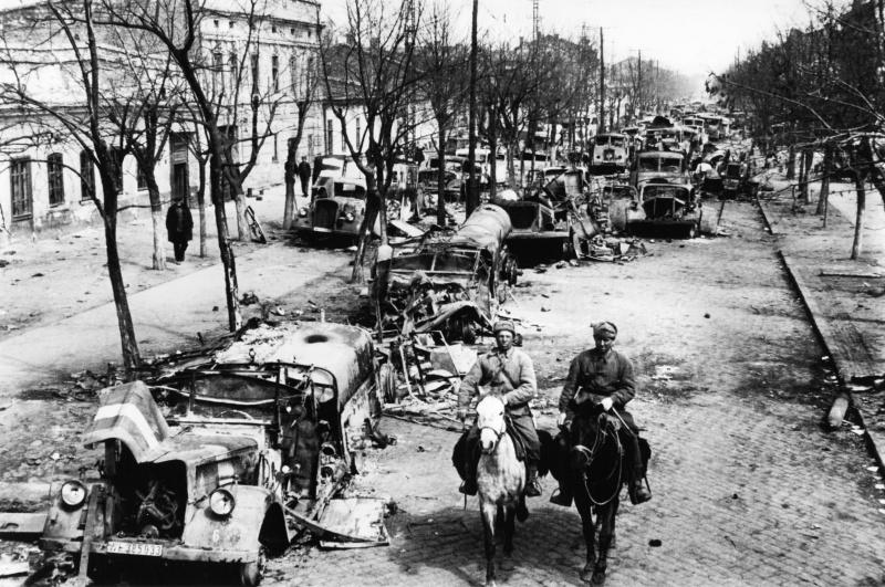 Советские разведчики входят в брошенный немцами город. Апрель 1944 г.