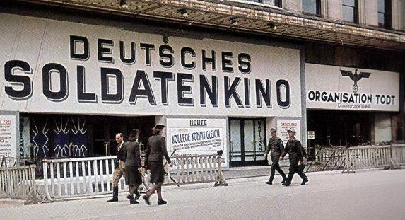Кинотеатр на улице Риволи в Париже. 1942 г.