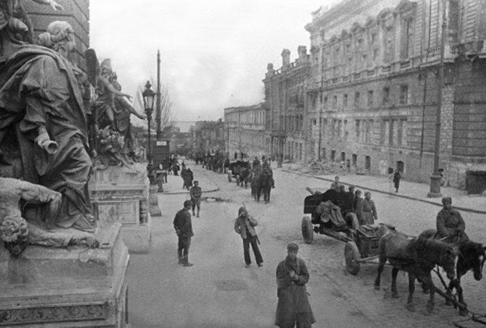 Красная Армия входит в город. 10 апреля 1944 г.