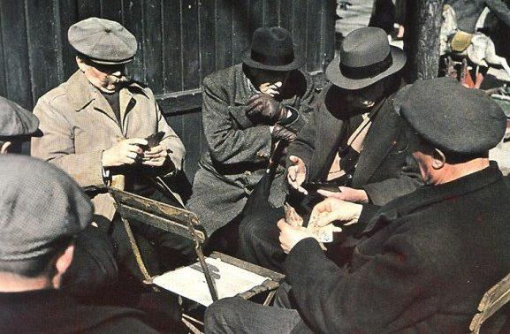Парижане играют в карты в Люксембургском саду. 1943 г.