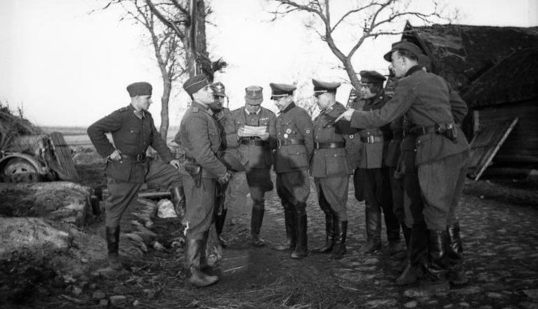 Бронислав Каминский с группой членов своего штаба и сотрудников полиции порядка во время проведения карательной операции. Белоруссия, 21 марта 1944 г.
