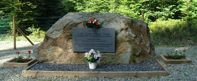 Муниципалитет Awenne. Памятник экипажу самолета Галифакс HR872 LQ-K, погибшему в 1943г.